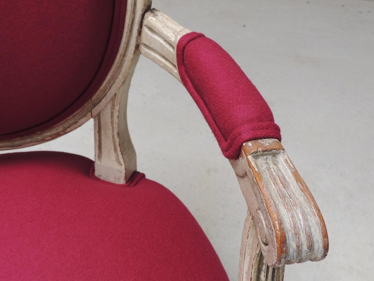 Détail fauteuil Louis XVI feutre framboise