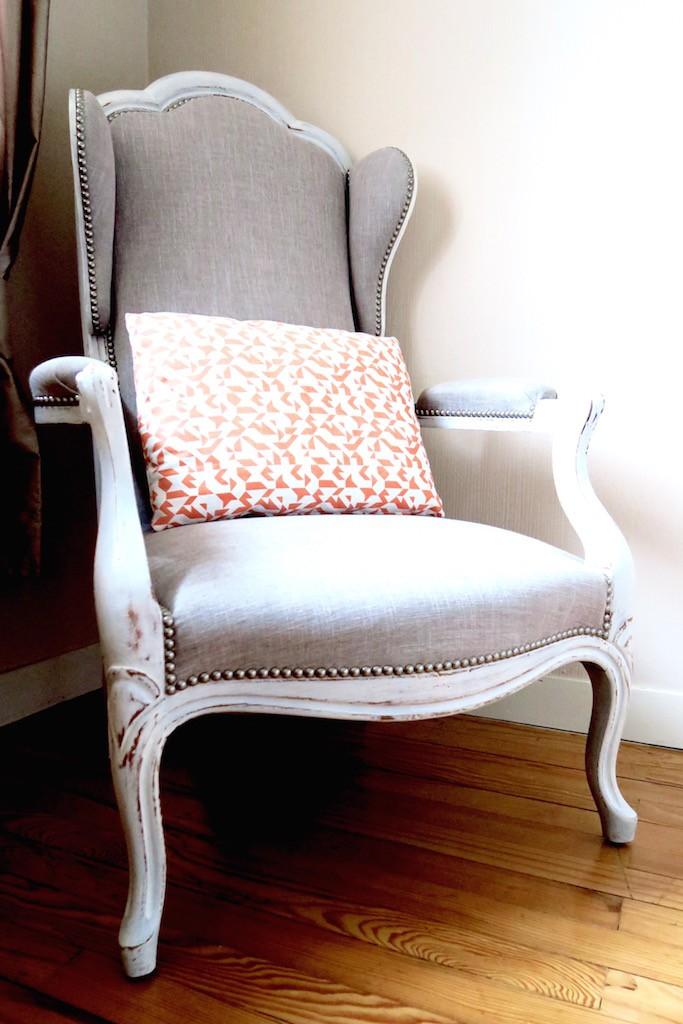 deco-chambre-bebe-voltaire-lit a barreaux-blanc-nitin goyal-coussin-clou-gris-fauteuil-patine